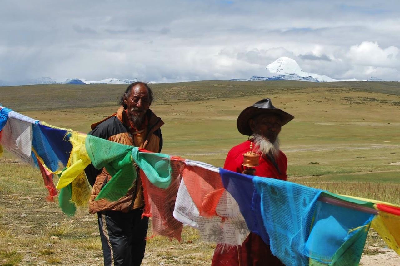 Sullo sfondo, il monte Kailash (Foto: Roberto Moneghini)
